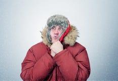Mannen i vinter beklär värmehänder, förkylning, snö, häftig snöstorm Royaltyfri Fotografi