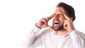 Mannen i vit rymmer hans huvud, och skrin, affärsman går bankrudda, på vit bakgrund Arkivfoton