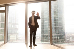 Mannen i VR-hörlurar med mikrofon tycker om inre visualization 3d Arkivfoto