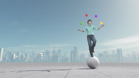 Mannen jonglerar bollen i jämvikt Royaltyfria Bilder