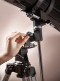 Mannen justerar en teleskopcloseup Royaltyfri Bild