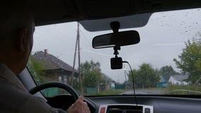Mannen kör i ett dystert väder lager videofilmer