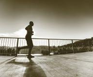 Mannen kör snabbt på kustbron Kontur av den aktiva mannen fotografering för bildbyråer