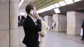 Mannen kallar hans älskling på telefonen lager videofilmer