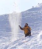 Mannen kastar insnöat vintern Fotografering för Bildbyråer