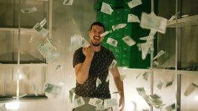 Mannen kastar mycket pengar i ultrarapid Folket jublar Seger av rikedom stock video