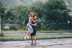 Mannen kastar upp hans flickvän Royaltyfri Foto