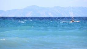 Mannen Kitesurfing i havet i sommar gör extremt trick arkivfilmer