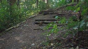 Mannen klättrar en bruten trappuppgång lager videofilmer