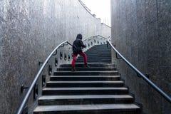 Mannen klättrar trappan trappa upp Arkivbilder