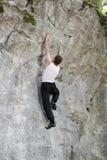 Mannen klättrar upp Royaltyfri Foto