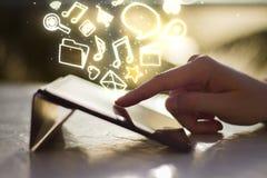 Mannen klickar på den digitala minnestavlan på soluppgång, med sociala massmediasymboler Royaltyfri Bild