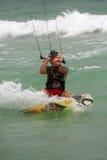 Mannen klipper igenom vatten Parasail som surfar i Florida Arkivbild
