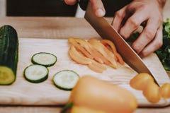 Mannen klippte grönsaker boaen förbered sallad peppar royaltyfri foto