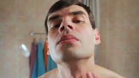 mannen klippte sig, medan raka Att vrida sig in smärtar _ stock video