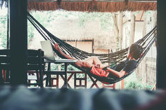Mannen kopplar av på avslappnande begrepp för sommardag fotografering för bildbyråer