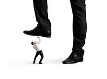 Mannen lägger benen på ryggen under hans framstickande arkivbilder