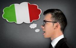 Mannen lär talande italienare arkivbild