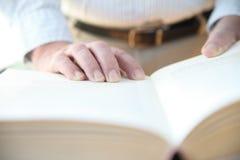 Mannen läser boken Royaltyfri Fotografi