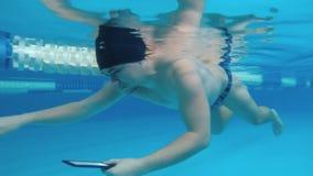 Mannen läser en undervattens- elektronisk bok lager videofilmer