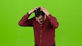 Mannen lider, hans huvudmen, honom är trött grön skärm stock video