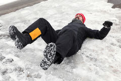 Mannen ligger på en iskall väg Royaltyfri Foto
