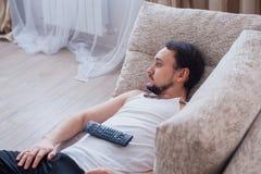 Mannen ligger på soffan Arkivfoton