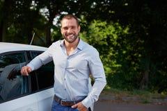 Mannen lutar på en bil fotografering för bildbyråer