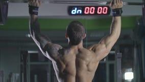 Mannen lyfter stången ovanför hans huvud stock video