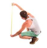 Mannen mäter väggen fotografering för bildbyråer