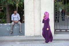 MANNEN MALDIVERNA - FEBRUARI, 13 2016 - folk i gatan för afton ber tid Arkivbild