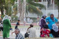 MANNEN MALDIVERNA - FEBRUARI, 13 2016 - folk i gatan för afton ber tid Arkivfoto