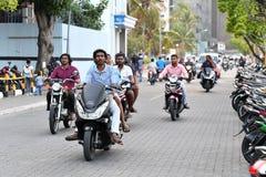 MANNEN MALDIVERNA - FEBRUARI 17 2018 - tung trafik i gatan för afton ber tid Royaltyfri Fotografi