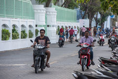 MANNEN MALDIVERNA - FEBRUARI, 13 2016 - tung trafik i gatan för afton ber tid Arkivbilder