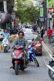 MANNEN MALDIVERNA - FEBRUARI, 13 2016 - tung trafik i gatan för afton ber tid Fotografering för Bildbyråer