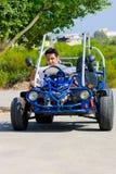 Mannen med översikten sitter barnvagnen Arkivfoto