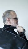 Mannen med att bära för skägg sportar hänger löst på skuldra royaltyfri bild