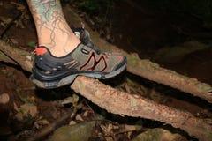 Mannen med att fotvandra skor i natten Arkivfoton