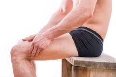Mannen med benet smärtar Royaltyfri Bild