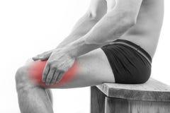 Mannen med benet smärtar arkivbild