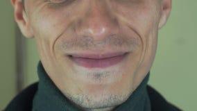 Mannen med borstet uttalar några ord in camera öppen mun tänder Allsångsång stock video