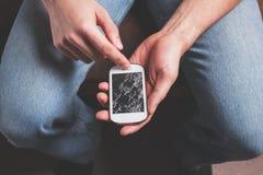 Mannen med brutet ilar telefonen Royaltyfri Bild
