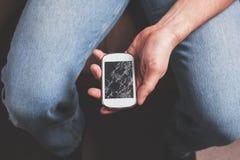 Mannen med brutet ilar telefonen Arkivbilder
