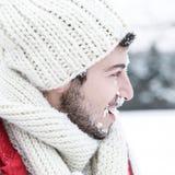 Mannen med den insnöade framsidan på kastar snöboll kamp Royaltyfri Bild
