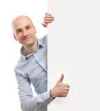 Mannen med det blanka banret som visar tum göra en gest upp Fotografering för Bildbyråer