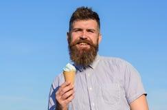 Mannen med det långa skägget tycker om glass Gottegrisbegrepp Mannen med skägget och mustaschen på att le framsidan äter glass Arkivfoton