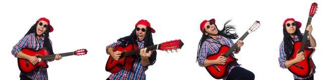 Mannen med dreadlocks som rymmer gitarren isolerad p? vit arkivbild