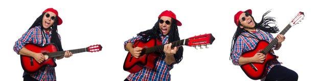 Mannen med dreadlocks som rymmer gitarren isolerad p? vit royaltyfri foto