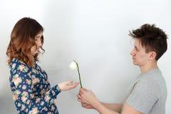 Mannen med ett bakrus ger den vissnade kvinnan steg Fotografering för Bildbyråer