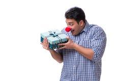 Mannen med ett roligt innehav för röd näsa per gåva för gåva för shoppingpåse är Arkivbilder